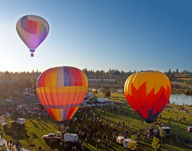 Trois ballons à air chauds lançant au-dessus de la courbure Orégon photographie stock libre de droits