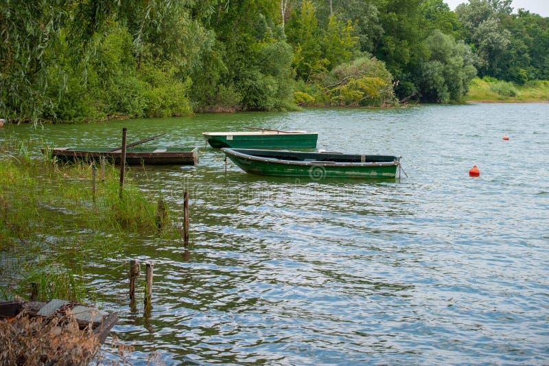 Trois bateaux à rames amarrés photo stock