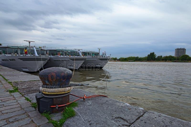 Trois bateaux de croisière sont amarrés au pilier attendent leurs passagers Jour nuageux de ressort photographie stock libre de droits