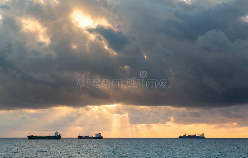 Trois bateaux de fret de cargaison sur l'horizon images libres de droits