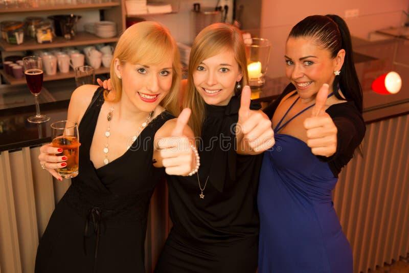 Trois beautés dans un bar photo libre de droits