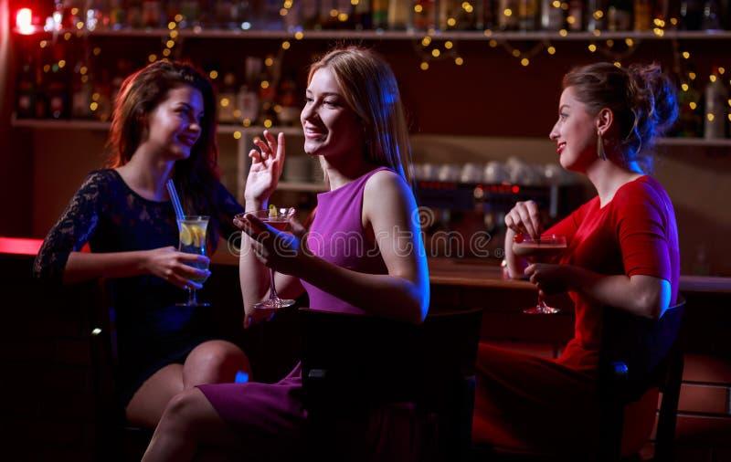 Trois belles femmes à la barre photos stock