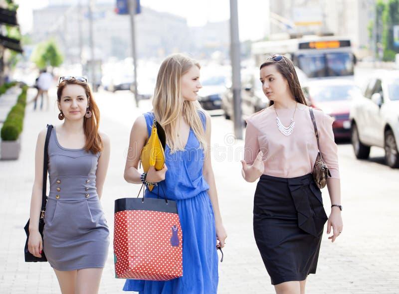 Trois belles femmes de mode marchant sur la rue image libre de droits