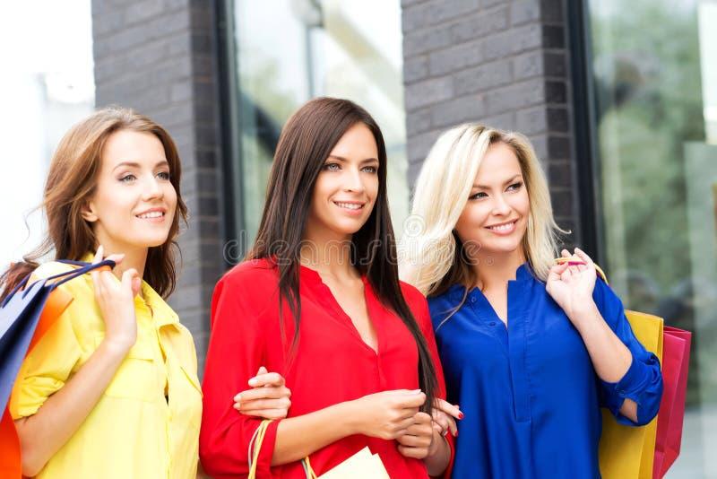 Trois belles femmes sexy avec des paquets étant heureux photographie stock