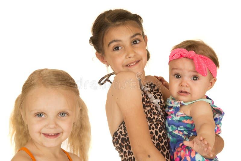 Trois belles soeurs caucasiennes se tenant portantes leur swimsui image libre de droits