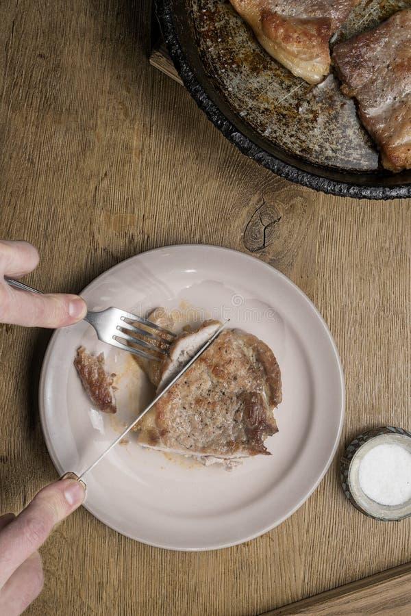 Trois biftecks frits de porc dans une poêle photos libres de droits