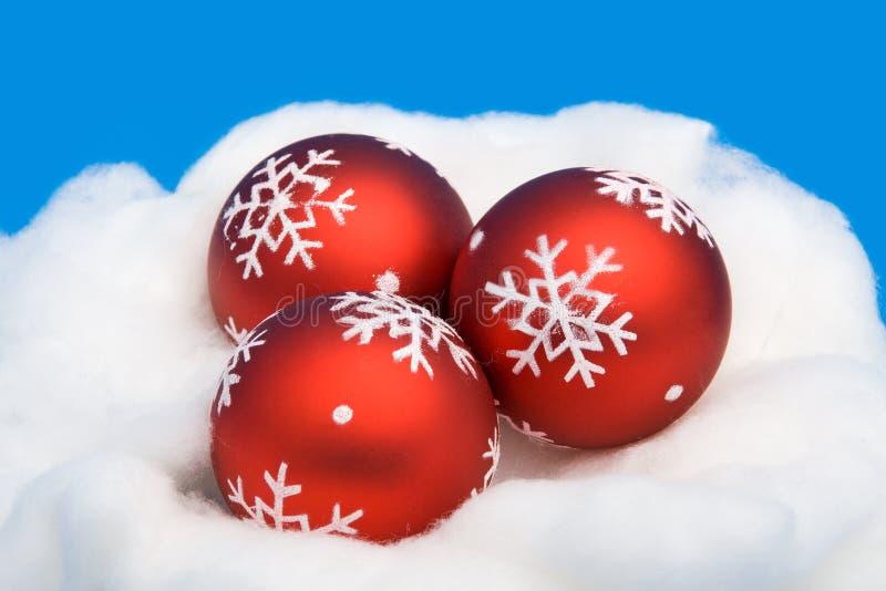 Trois billes rouges de Noël photos libres de droits