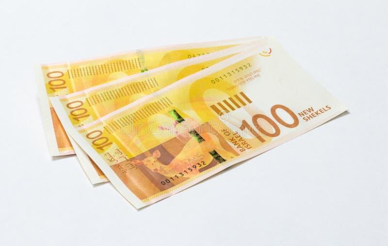 Trois billets de banque d'un nouveau type avec un portrait de poète Lea Goldberg en valeur 100 shekels israéliens d'isolement sur photo stock