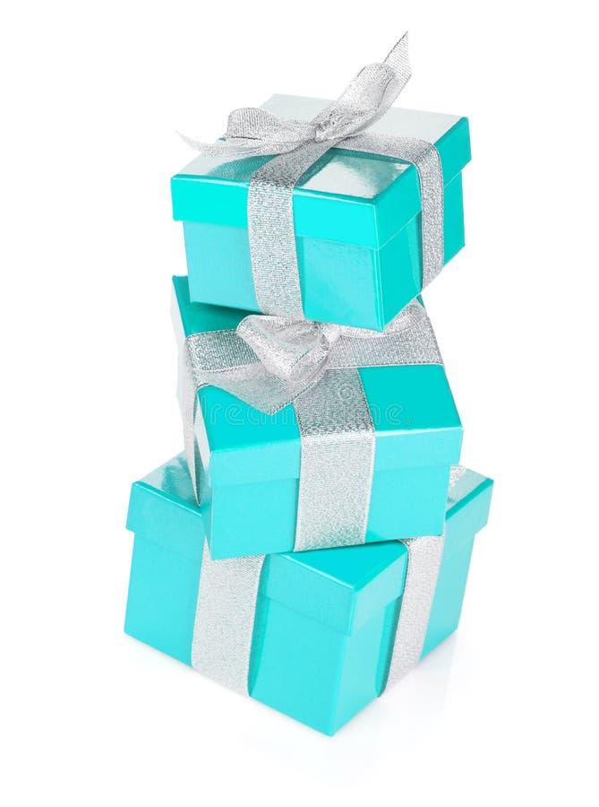 Trois boîte-cadeau bleus avec le ruban et l'arc argentés photographie stock libre de droits