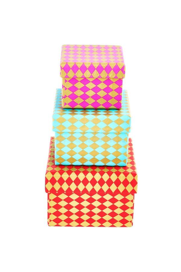 Trois boîte-cadeau colorés avec l'ornement D'isolement au-dessus du blanc photos stock