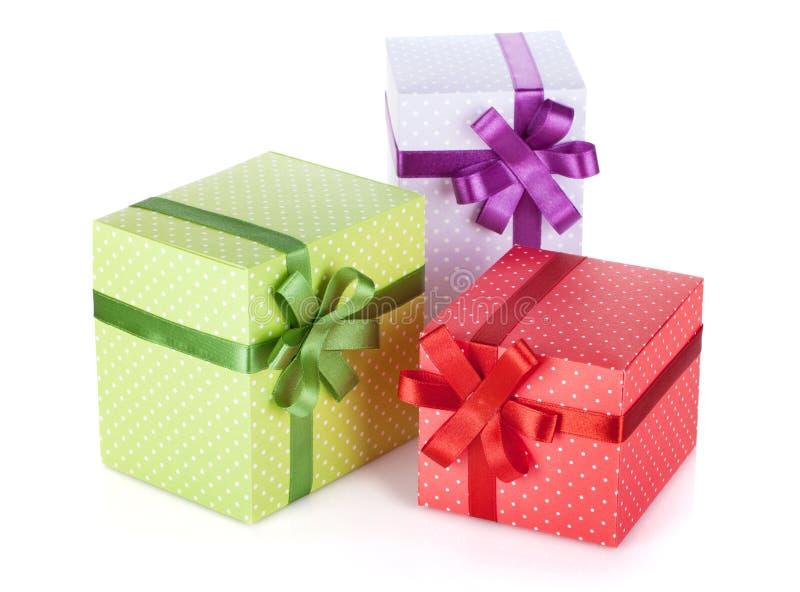 Trois boîte-cadeau colorés avec le ruban et l'arc photos libres de droits