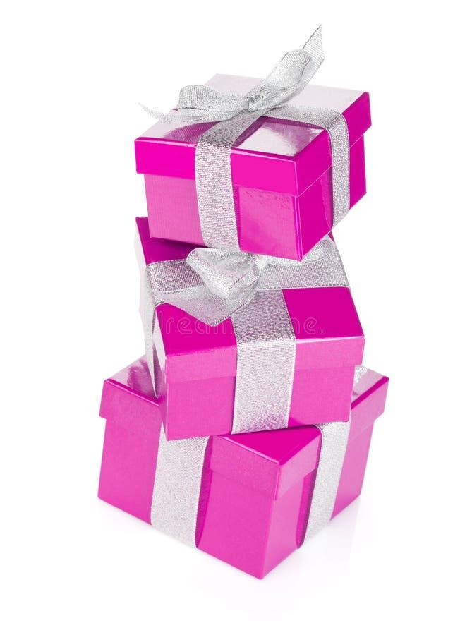 Trois boîte-cadeau pourpres avec le ruban et l'arc argentés photos stock