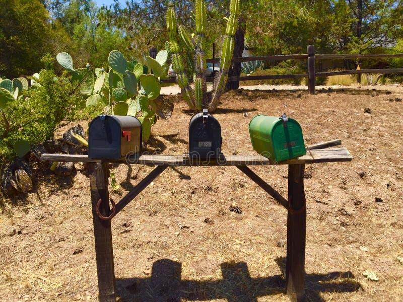 Trois boîtes aux lettres sur la route de campagne photographie stock libre de droits