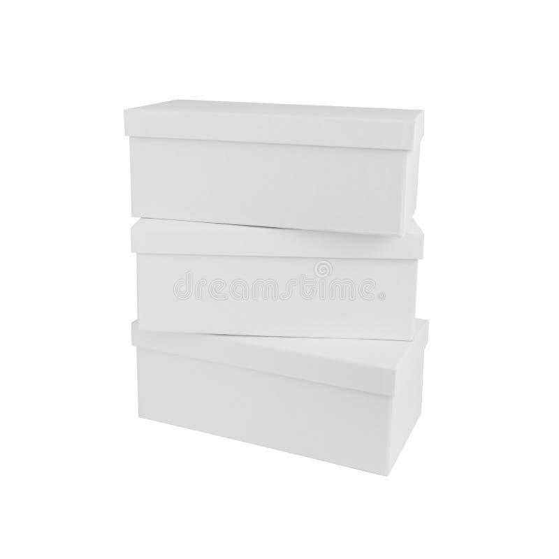 Trois boîtes en carton blanches d'isolement sur le fond blanc images libres de droits