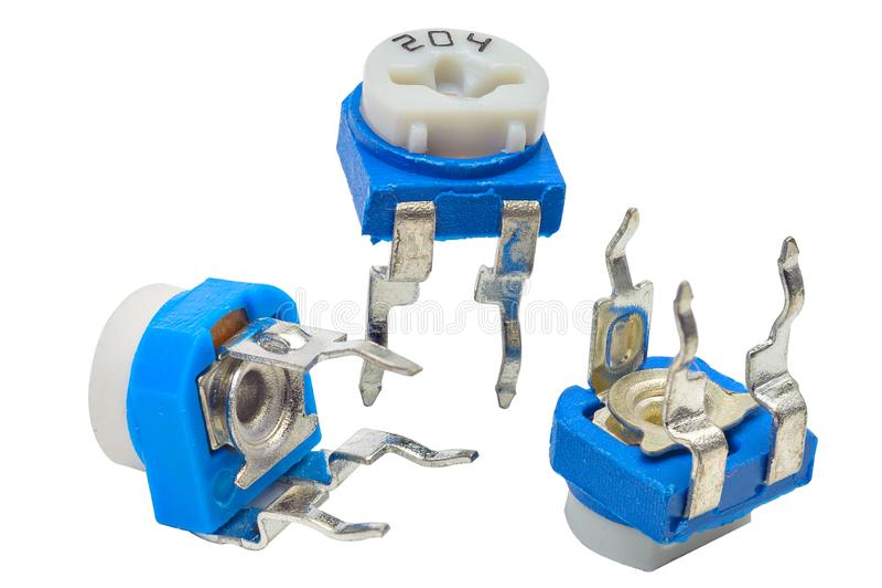 Trois bornes, par le trou, les petites résistances réglables bleues, ou les trimmers, sur un fond blanc image stock