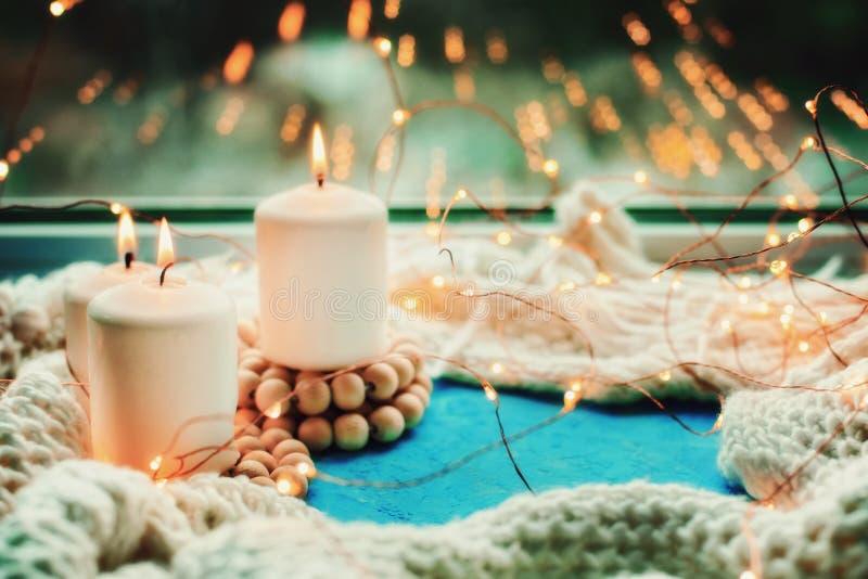 Trois bougies brûlantes image stock