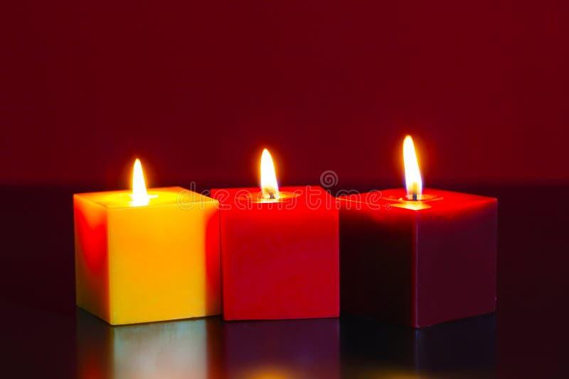 Trois bougies brûlantes photo stock