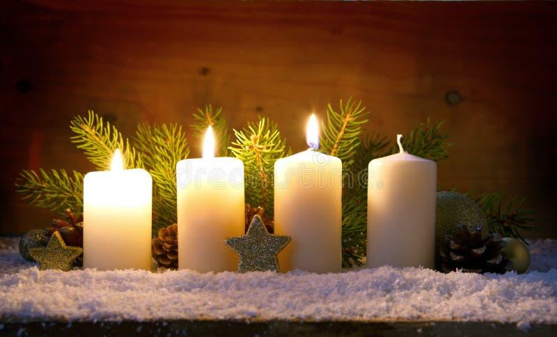 Trois bougies d'avènement et décorations brûlantes de Noël photos libres de droits