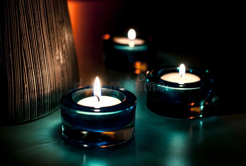 Trois bougies pendant la nuit image libre de droits