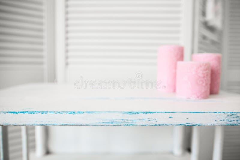 Trois bougies roses sur un fond en bois bleu photographie stock