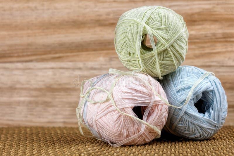 Trois boules colorées de fil de laine image stock
