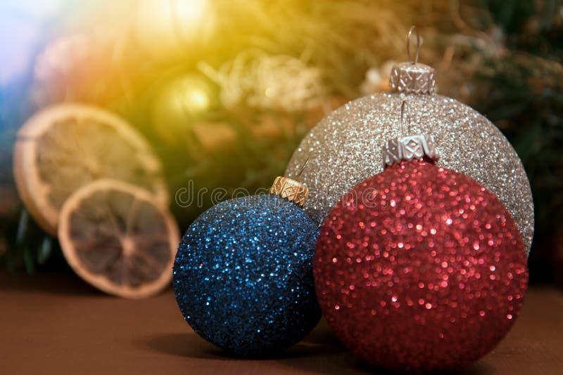 Trois boules de Noël sur le fond des décorations de Noël photos stock