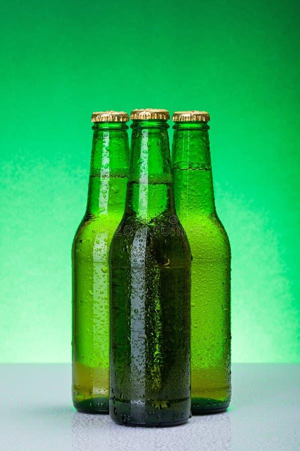 Trois bouteilles à bière vides humides image stock
