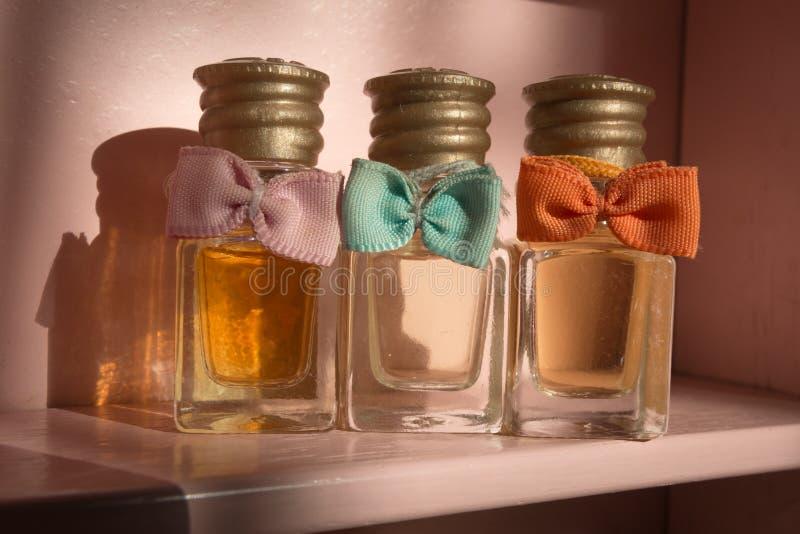Trois bouteilles de parfum décoratives de vintage avec l'arc photos stock