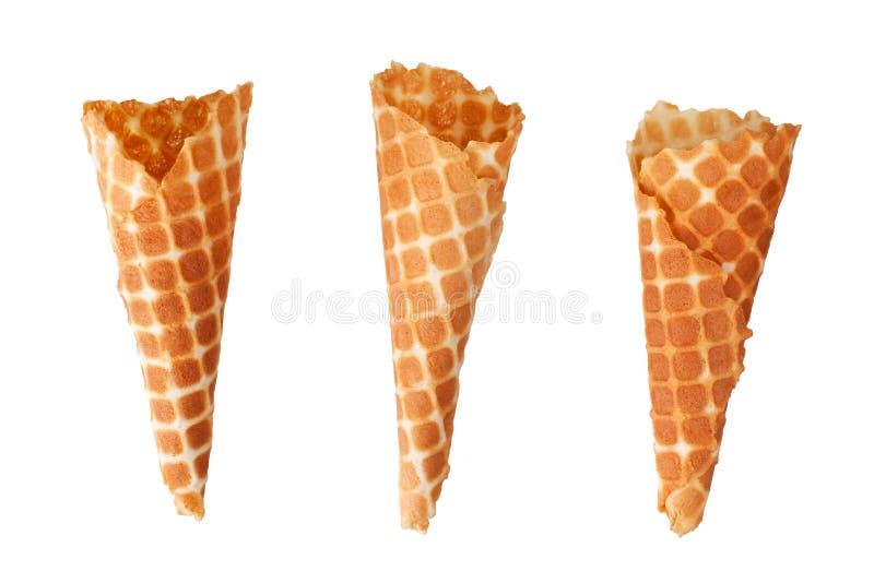Trois cônes croustillants d'or de gaufre de crème glacée sur la vue supérieure d'isolement par fond blanc de plan rapproché images libres de droits