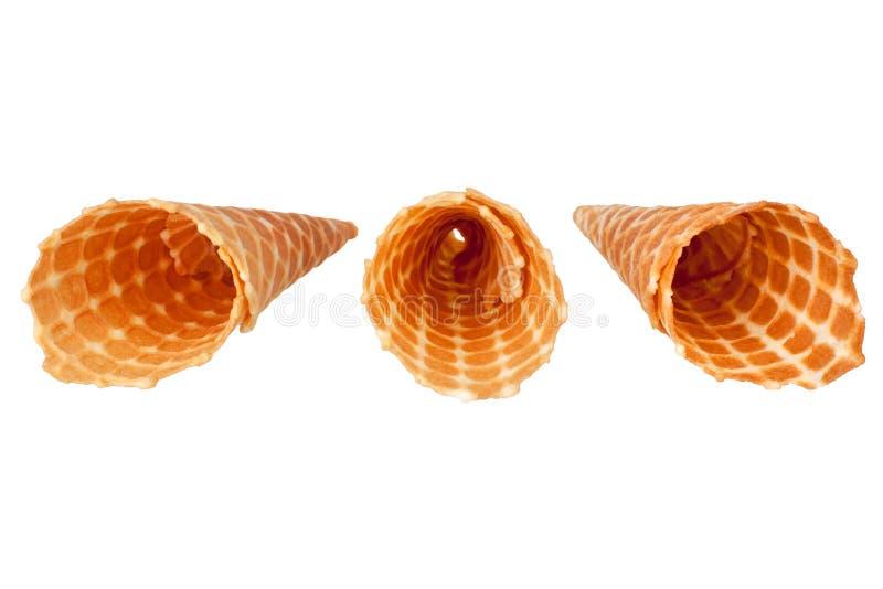 Trois cônes croustillants vides d'or de gaufre de glace sur la fin d'isolement par fond blanc vers le haut de la vue supérieure photo stock