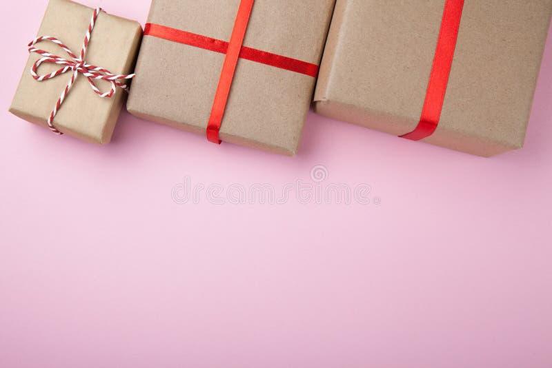 Trois cadeaux décoratifs du papier réutilisé, l'espace vide pour le texte image stock