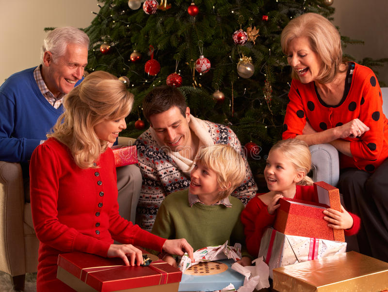 Trois cadeaux de Noël d'ouverture de famille de rétablissement images libres de droits