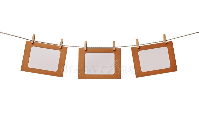 Trois cadres de photo de papier de métier accrochant sur la corde d'isolement sur le fond blanc images libres de droits