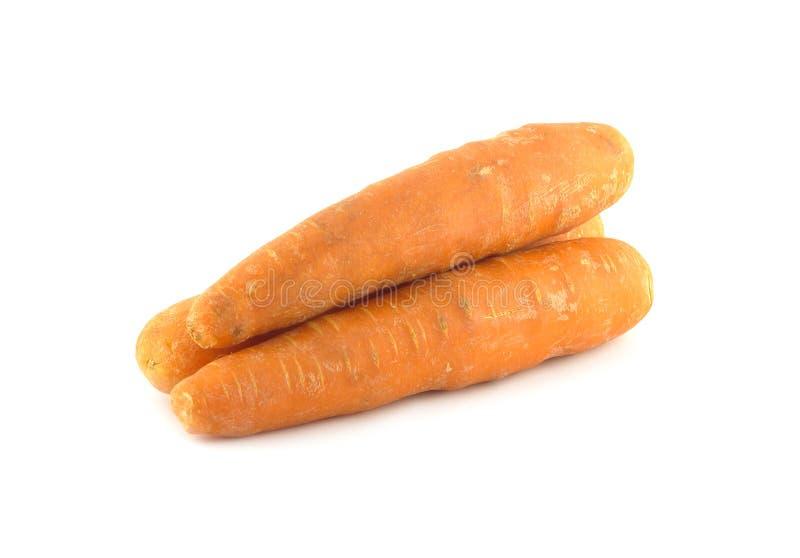 Trois carottes rouges fraîches lavées mûres d'isolement sur le plan rapproché blanc photo stock