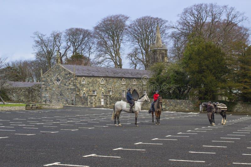 Trois cavaliers de jeunes femmes causent ensemble après un trekking de matin en Tollymore Forest Park photographie stock