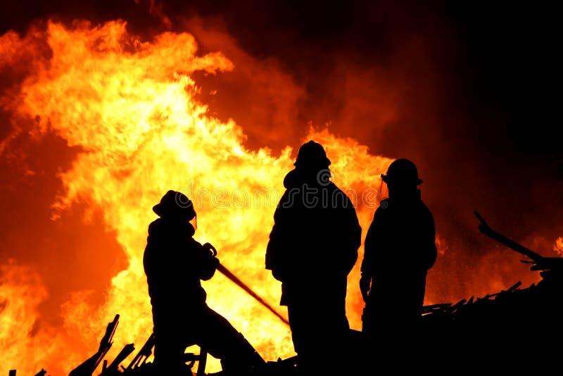 Trois chasseurs et flammes d'incendie photos stock
