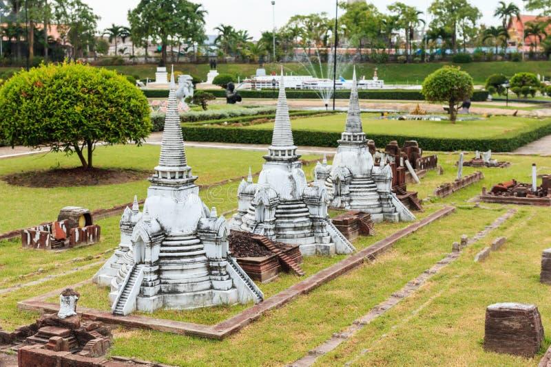 Trois Chedis chez Wat Phra Sri Sanphet à Ayutthaya ont simulé en Mini Siam Park photographie stock