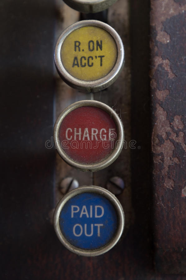 Trois clés antiques de caisse enregistreuse avec reçu sur le compte, charge et payé écrit sur eux images libres de droits