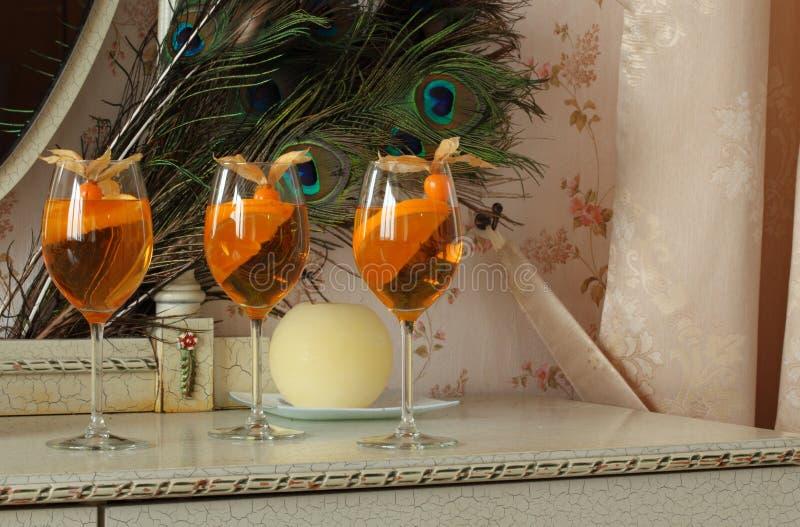 Trois cocktails oranges froids régénérateurs décorés du physalis photographie stock libre de droits
