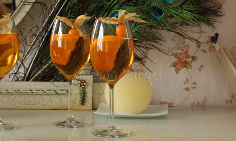 Trois cocktails oranges froids régénérateurs décorés du physalis photo libre de droits