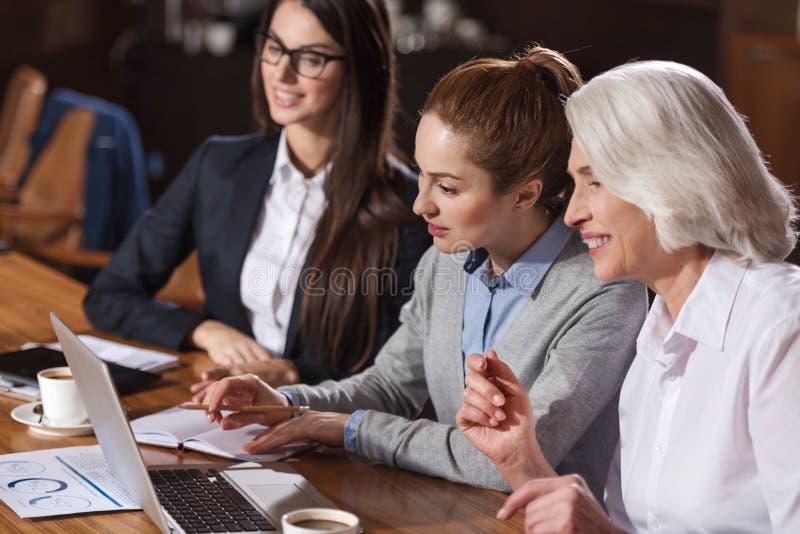 Trois collègues se concentrant sur le travail dans un bureau images stock