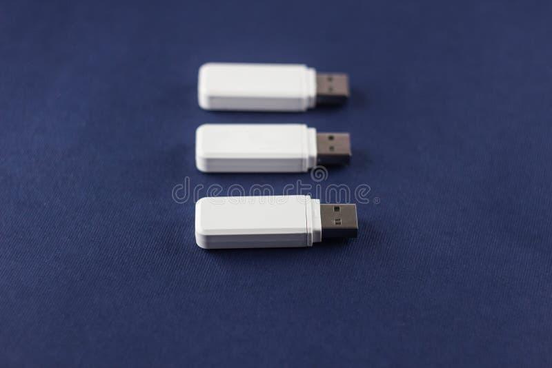 Trois commandes instantanées de blanc sur un fond bleu, plan rapproché photographie stock