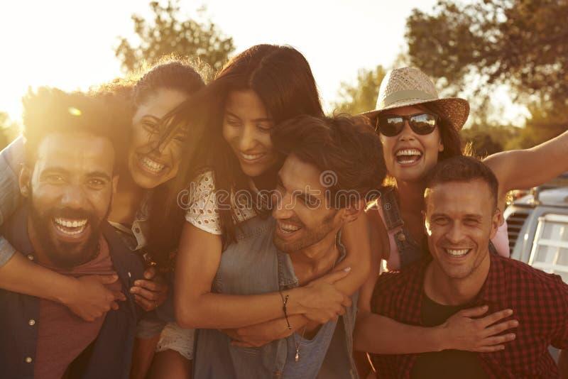 Trois couples ayant l'amusement ferroutant au crépuscule photos stock