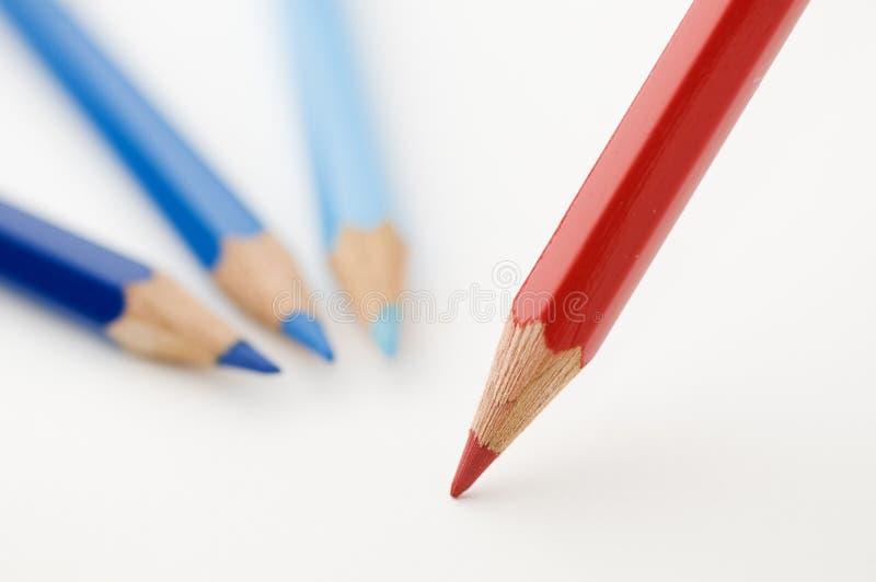 Trois crayons bleus et d'un rouge image libre de droits