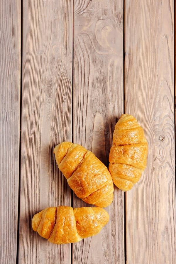 Trois croissants sur la table en bois photo libre de droits