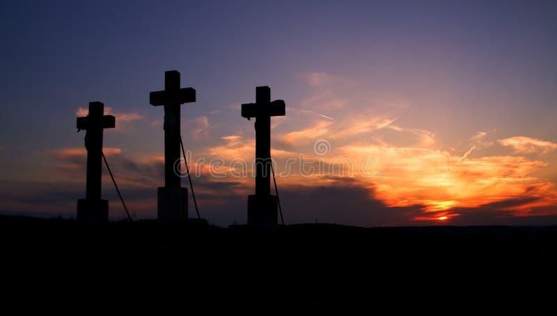 Trois croix sur le coucher du soleil. photos libres de droits