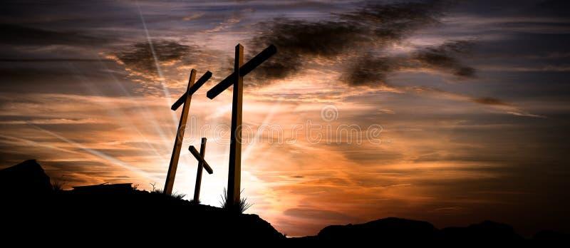 Trois croix sur un ciel dramatique au coucher du soleil image stock