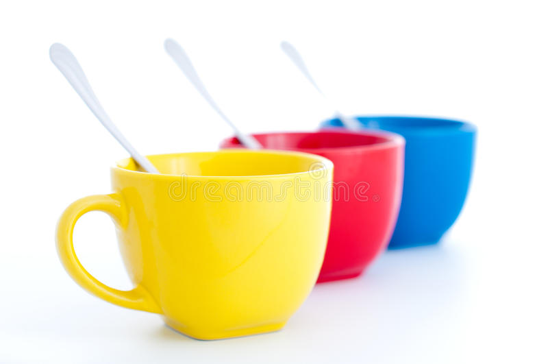 Trois cuvettes de thé colorées avec des cuillères images libres de droits