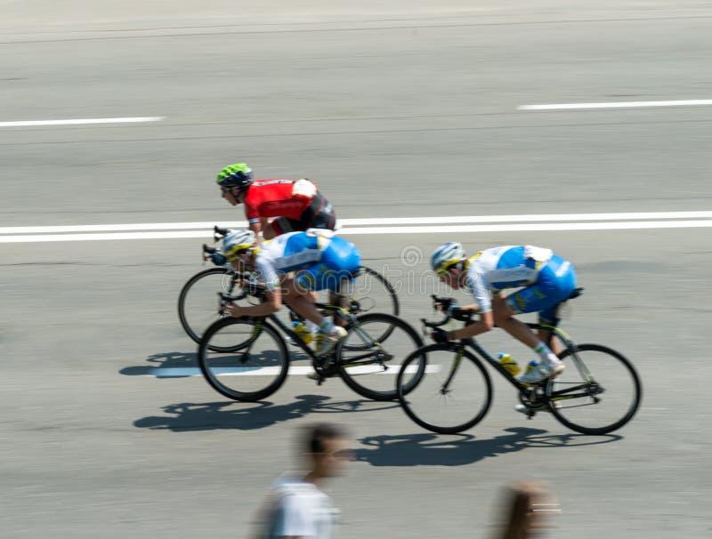Trois cyclistes sur la course photos libres de droits