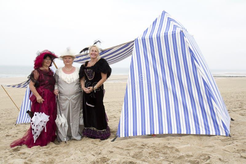 Trois dames sur la plage. photos libres de droits